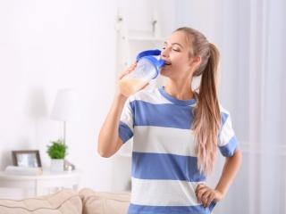 プロテインを飲む若い女性