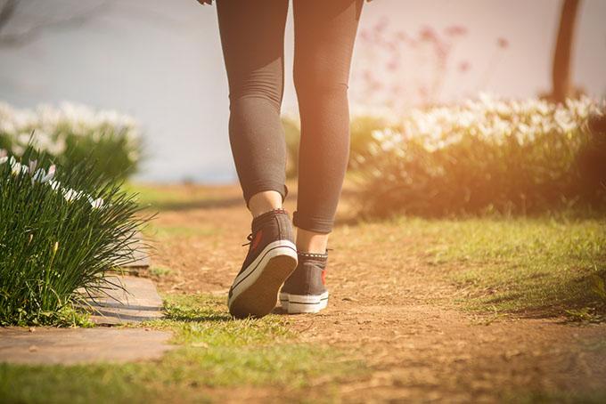 土の上を靴で歩いているアップ