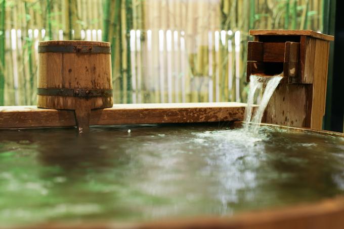 お湯が湧きだしている温泉の画像