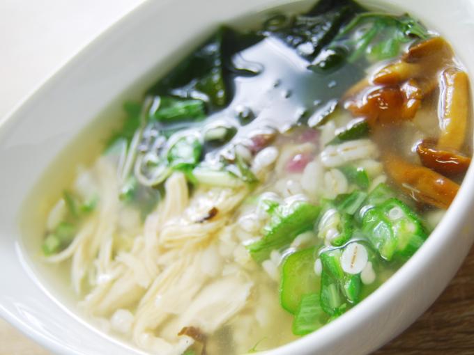 器に盛った「梅と蒸し鶏の和風雑穀スープ」の画像