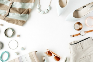 白系の小物や洋服の画像