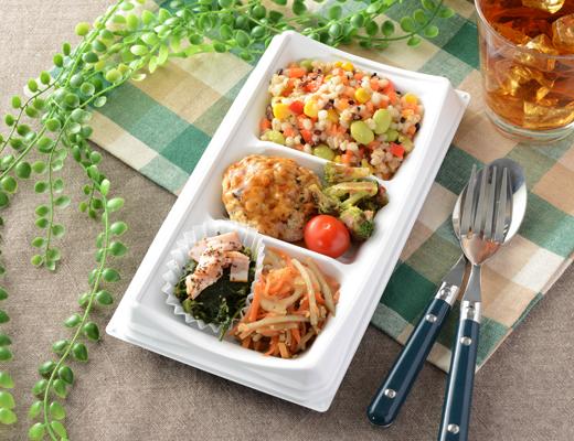 公式サイトで掲載された「20品目のサラダBOX(豆腐ハンバーグ)」の画像