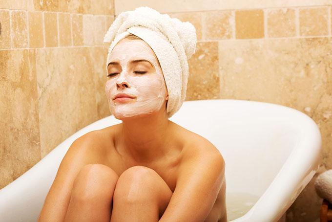 入浴中にフェイスパックをしている女性の画像