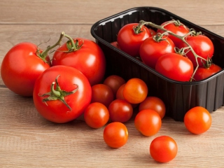 トマト数種類が並んでいる