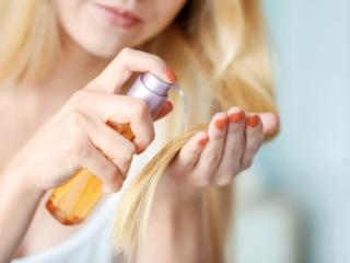ヘアオイルで髪をケアする女性