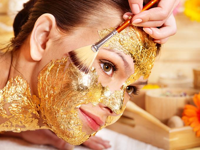 金箔エステを行う女性の画像