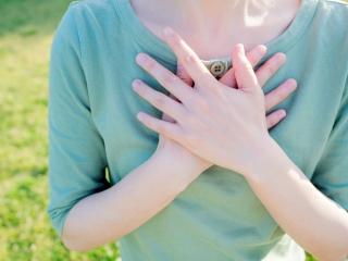 手を胸にあてている女性
