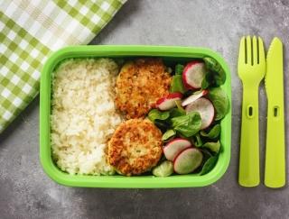 ランチをお弁当にするだけ。おかずの詰め方の工夫で低カロリーのお弁当に