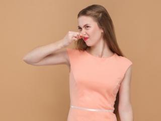 女性が鼻をつまむ写真