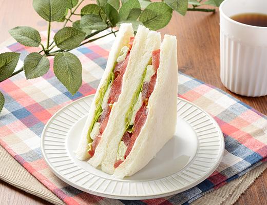 公式サイトで掲載された「高リコピントマトとクリームチーズサンド」の画像