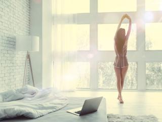 部屋でリラックスする女性の画像