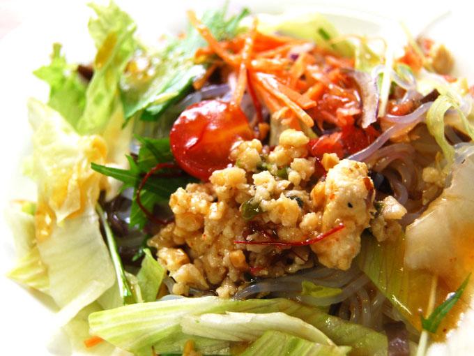 お皿に移した「10品目のアジアン春雨サラダ」のアップ画像
