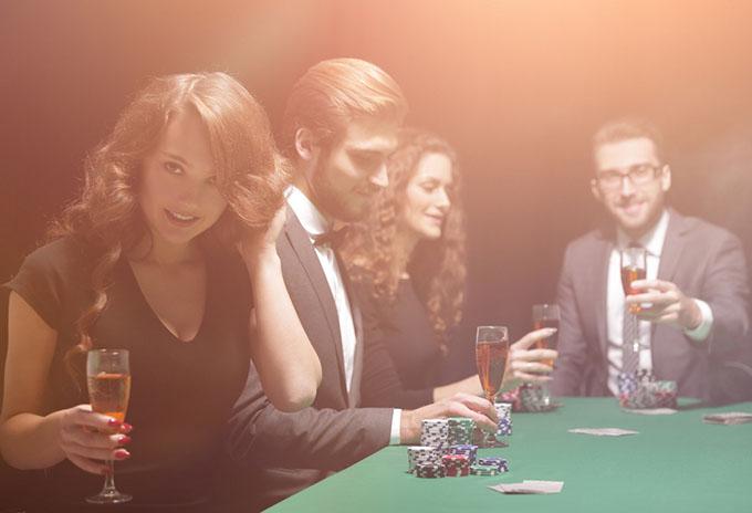 大人の男女がコインゲームをしている