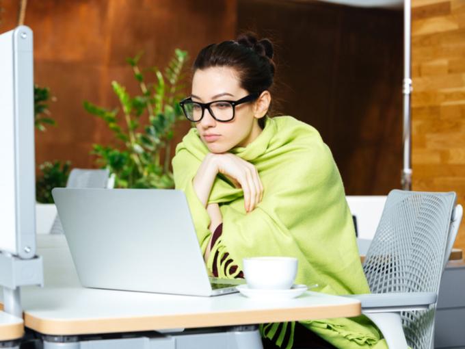 オフィスで寒がる女性