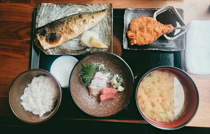 魚料理が並んだ定食の画像