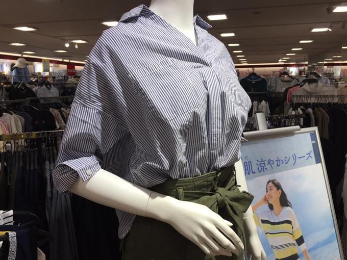 素肌涼やかシャツを着たマネキン