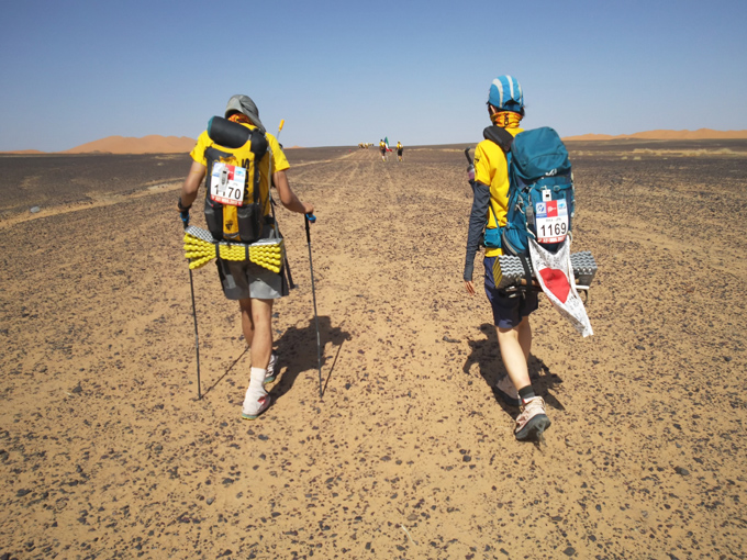 砂漠を歩く参加メンバーのふたり