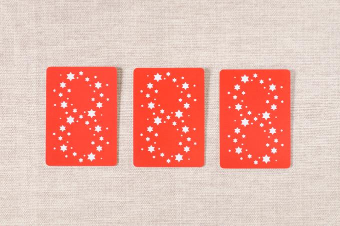 横並びになった赤い3枚のカード