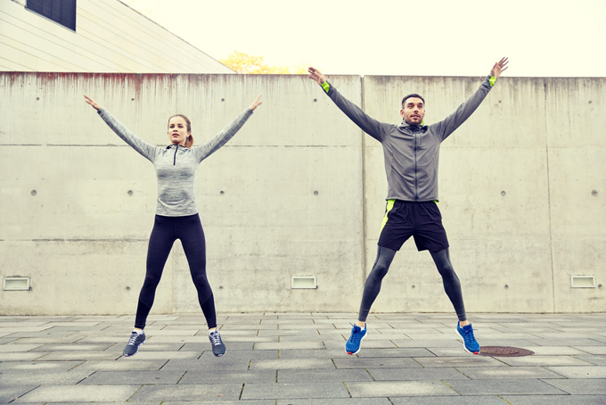 ジャンプしている女性と男性の画像