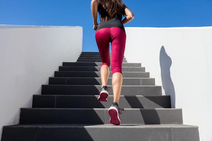 階段を昇っている様子の画像