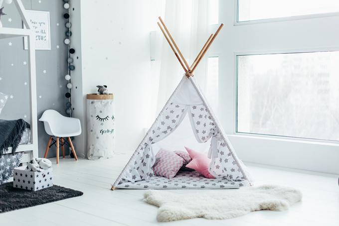 部屋の中にあるテントの画像