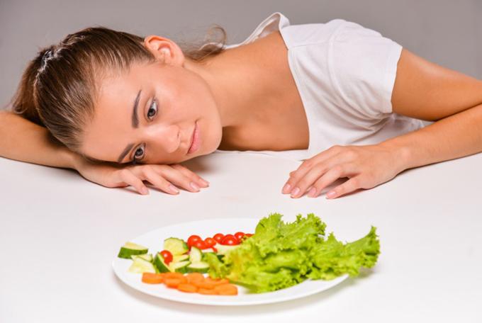野菜を眺める女性