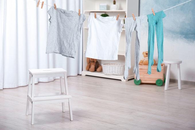 部屋の中に干されている洗濯物の画像