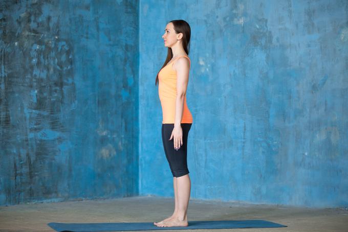 背筋を伸ばして立っている女性の画像