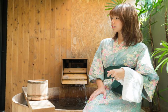 湯船のふちに腰かける浴衣の女性の画像