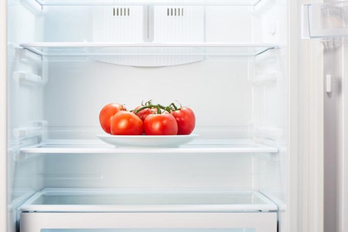 冷蔵庫の中のトマト