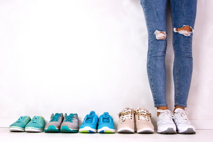 スニーカーが並んでいる、右に女性