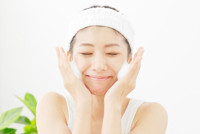 女性が顔に泡をつけて洗顔している画像