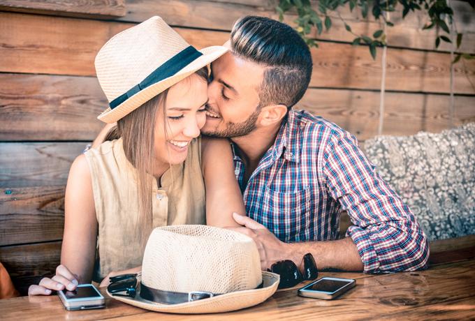女性と男性のカップルが笑っている画像