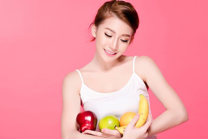 女性がフルーツを抱えている