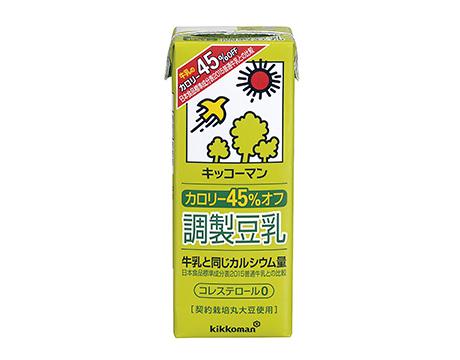 第2位には、「キッコーマン 豆乳飲料シリーズ」がランクイン。なんと全33種味というバラエティ豊かなラインナップで、日替わりでいろいろな味が試せると人気です。中でもおすすめは、既存の麦芽コーヒーと比較してカロリーをオフした「カロリー45%オフ 豆乳飲料 麦芽コーヒー」。カフェインレスのコーヒー使用な点もうれしいですね。 キッコーマン カロリー45%オフ 豆乳飲料 麦芽コーヒー 200㎖ 58kcal ¥90 【3位】キッコーマン カロリー 45%オフ 調製豆乳(キッコーマン飲料)