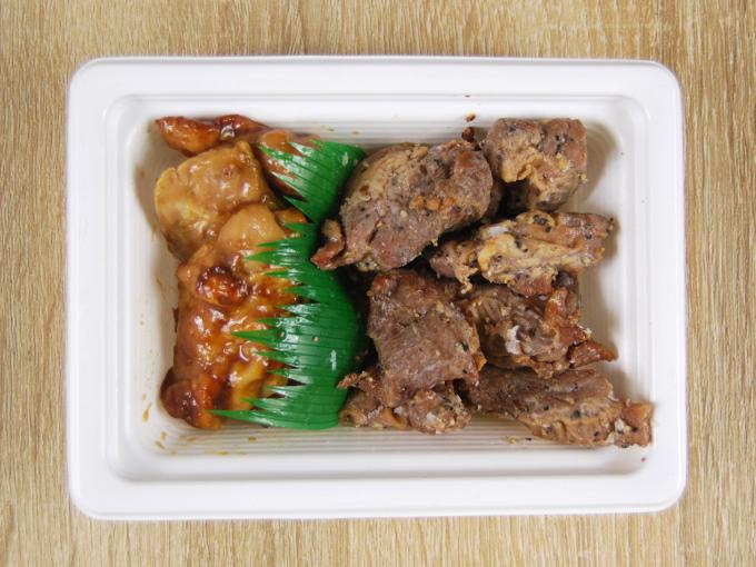 容器の蓋を外した「豚ハラミと鶏ふりそでの直火焼き」の画像