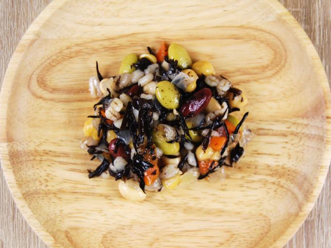お皿に移した「4種の豆とひじきの和風サラダ」の画像