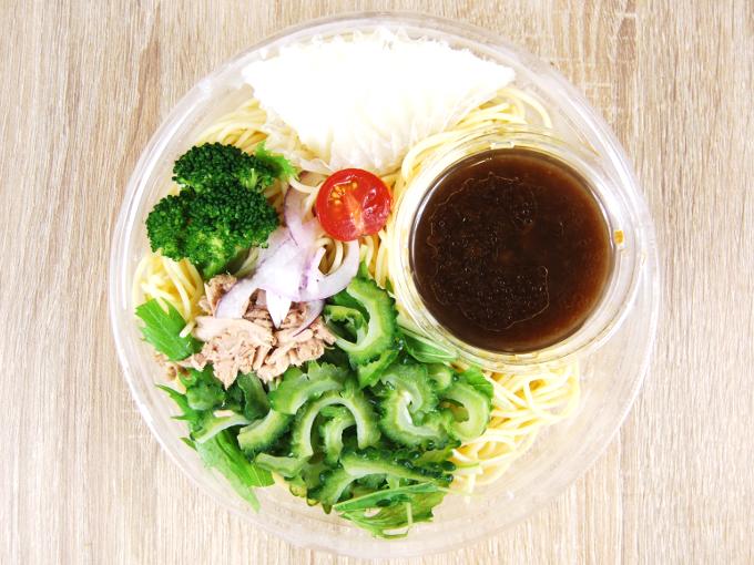 容器の蓋を外した「1/2日分野菜冷たいパスタゴーヤとツナ大根」の画像