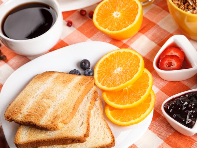 テーブルにひろがる朝食メニュー