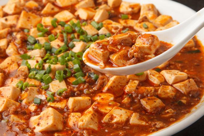 麻婆豆腐をレンゲですくっている画像