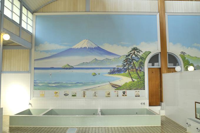 銭湯の壁に描かれた富士山の画像