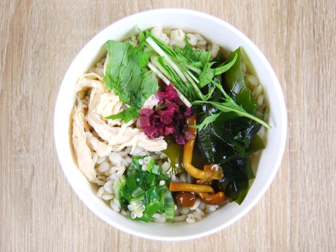 蓋を開けた「梅と蒸し鶏の和風雑穀スープ」の画像