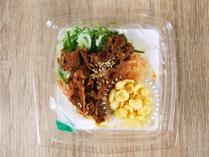容器の蓋を外した「ピリ辛牛肉のおつまみ冷やっこ」の画像