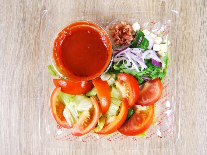 容器の蓋を外した「1/2日分の野菜が摂れるまるごとトマトの冷製パスタ」の画像