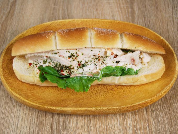 お皿に移した「サラダチキンロール(シーザーソース)」の画像