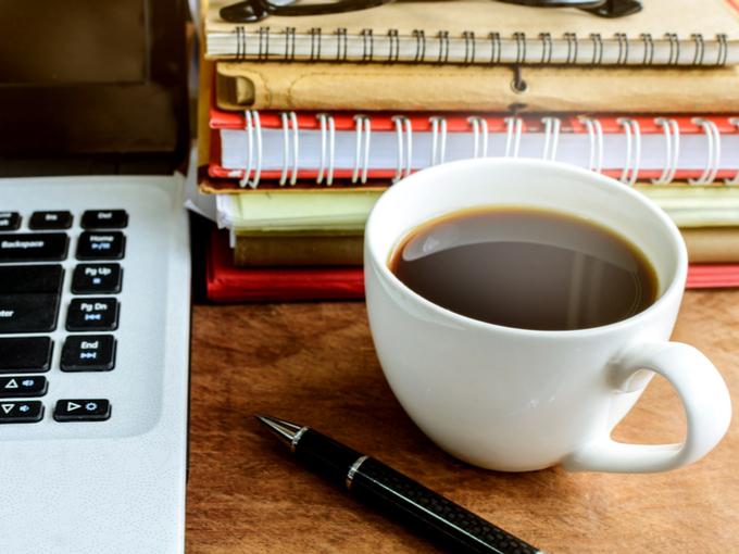 デスクの上にコーヒー