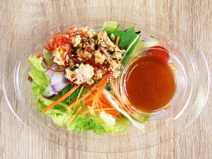 容器の蓋を外した「10品目のアジアン春雨サラダ」の画像