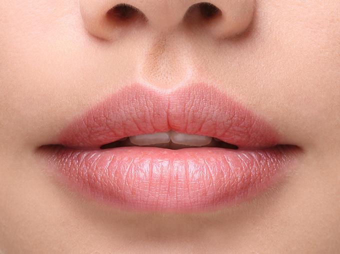 厚い唇が写った画像