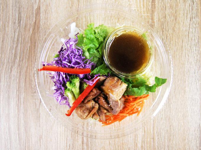 容器の蓋を外した「1食分の野菜と照焼チキンのパスタサラダ」の画像