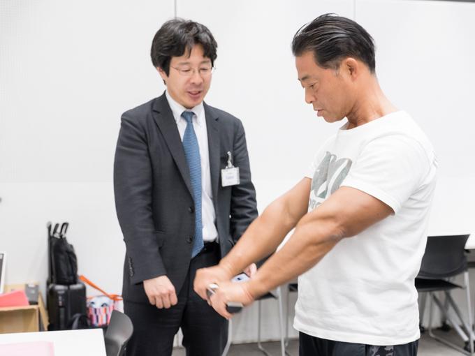 タニタの体組成計を使う桑原先生
